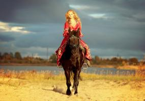 Девушка на лошади