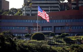 Американские дипломаты покинули посольство в Каракасе