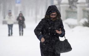 Снегопады и порывистый ветер сохранятся в регионах Центральной России около суток