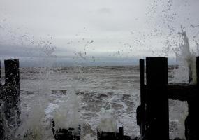Мощные волны. Северодвинск, остров Ягры.