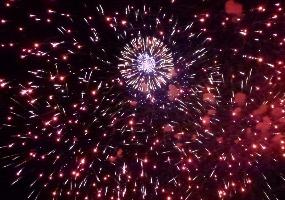 В небе вспыхнула звезда. Новогодний салют в Северодвинске.
