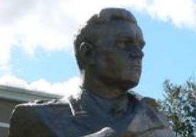 Памятник маршалу Неделину. Фото города Мирный.