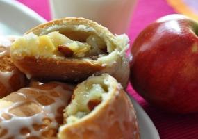 С яблоками и изюмом. Пирожки домашние.