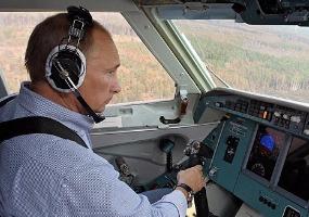 Управляет самолетом. Владимир Путин.