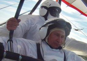 Летит на дельтаплане. Владимир Путин.